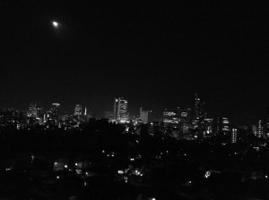 東京の夜を一望して気取るいおりん。