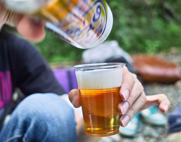 友人と自然の中で飲むビールは最高ですよ。