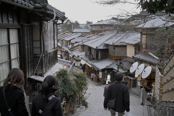 京都の町並みに見とれるいおりん。