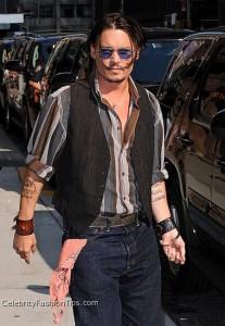ジョニーデップの腰バンダナイメージ。 引用: Johnny Depp and Paisley Bandana Handkerchief / Coolspotters