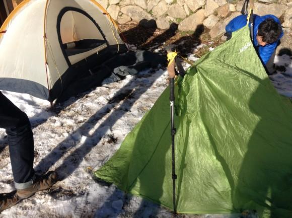 テントを実際に立ててみた。緊急用のヤツも立てて、入ってみた。