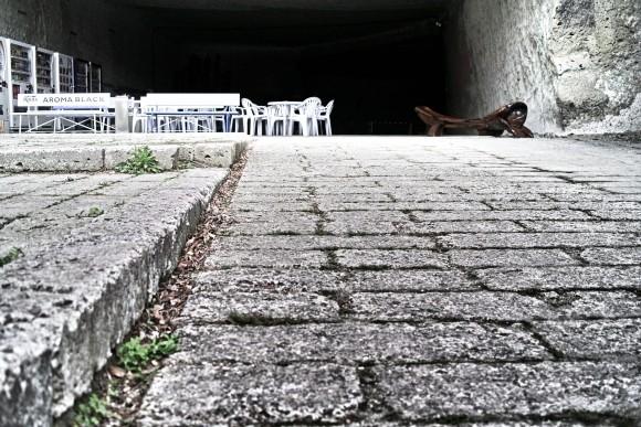 石段に這いつくばって写真を撮るいおりん。