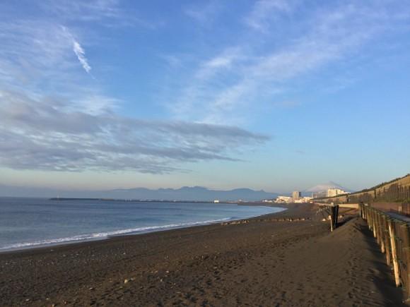 富士山が見える海岸。鮮烈!
